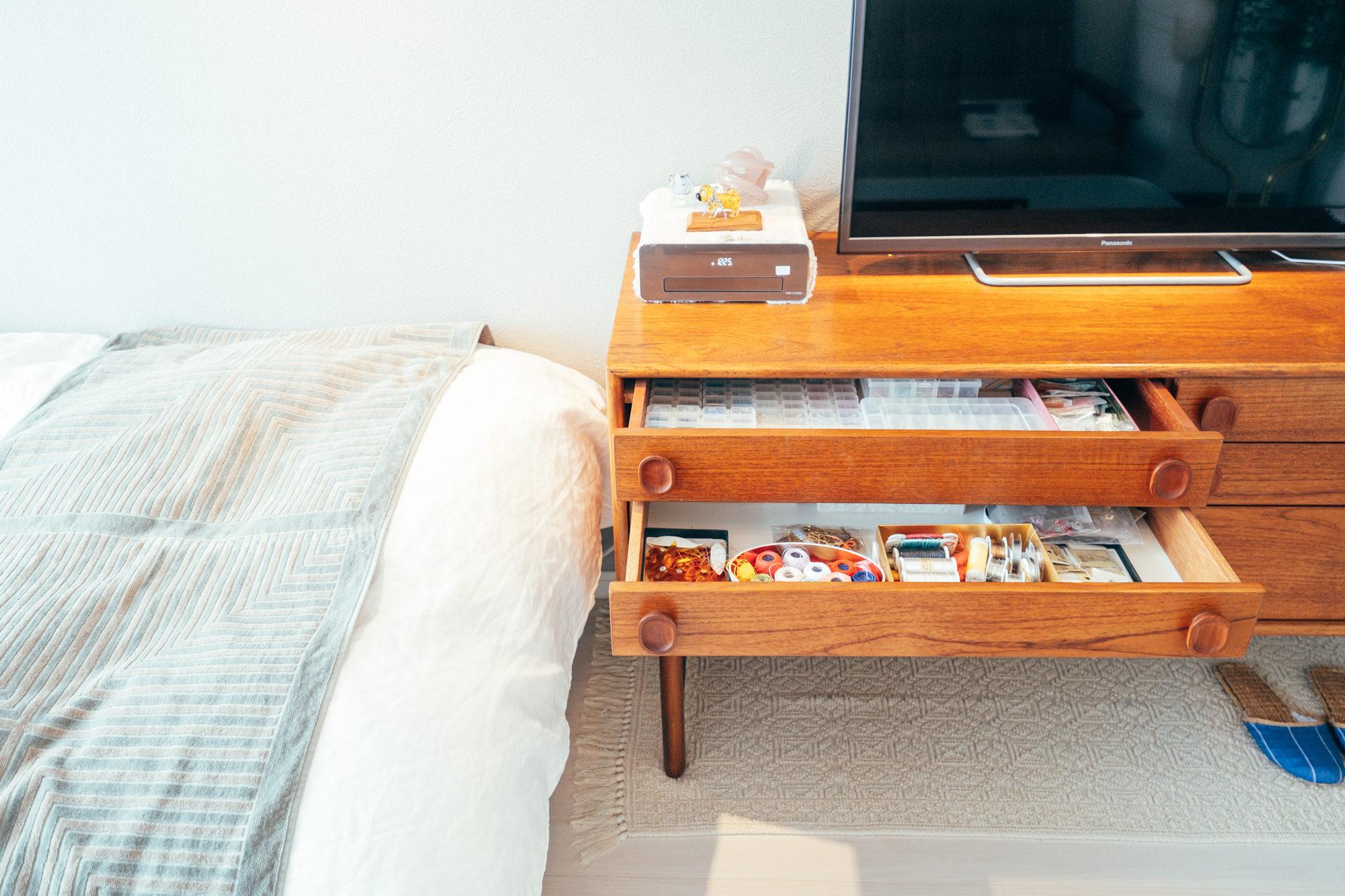 テレビボードの中にはアクセサリー作り用のパーツや色鉛筆など文房具系がたくさん入っていました。 「以前、アクセサリーを作っていたことがあって、一人暮らしを機に再開しようかと思いましたが、まだあまり作れていません。お部屋での時間が多いソファからすぐ手に取れるので使い勝手は良いです。」