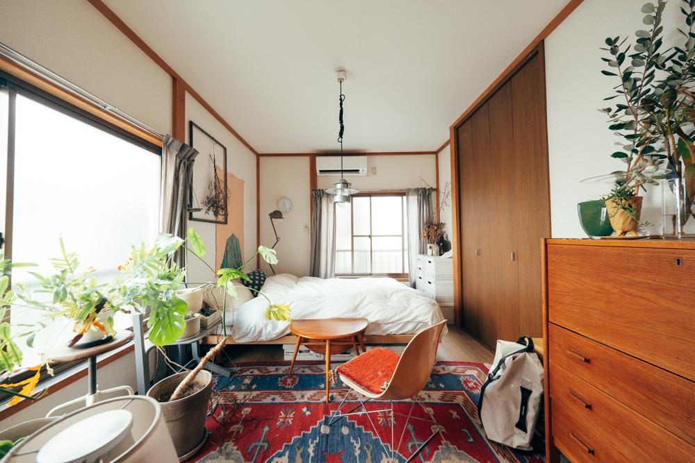 ベッドルームの入り口にも、雰囲気の良い木製チェストがひとつ。上はディスプレイスペースとして活用されています。