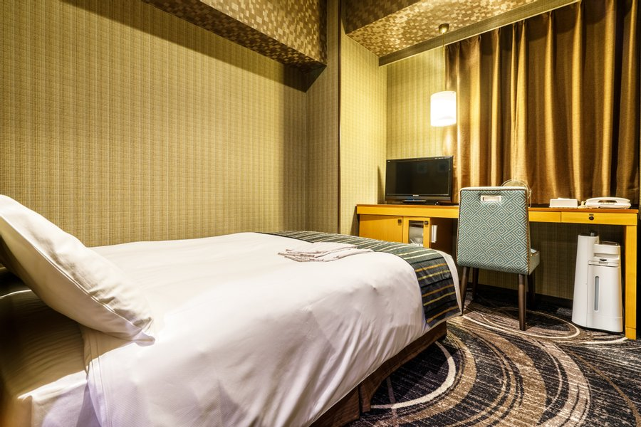 部屋の中はダブルサイズのベッドと、デスクもついています。無料WI-FIもついているので、室内で働く方にもぴったりです。