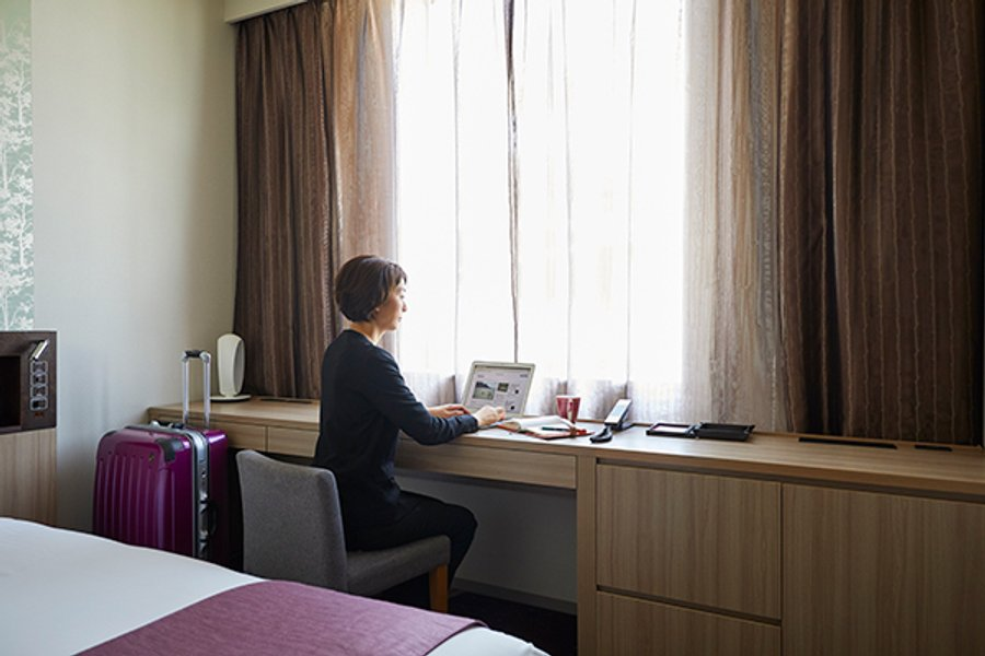 さらに窓際には横幅の広いデスクもあります。ホテルの館内には自販機やコインランドリー、電子レンジがあり、室内にもケトルやミニ冷蔵庫があります。長期滞在にうれしい設備が豊富です!