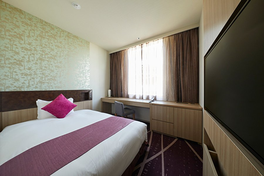 室内はシモンズ社製のベッドがあります。落ち着いた雰囲気の内装なので、リラックスして過ごせそう。