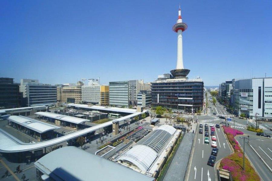 新幹線が停まる、京都駅から徒歩2分。観光名所の京都タワー内にあるホテルです。関東からのアクセスも、京都府内や近隣の大阪などへもアクセスの良い立地にあります。