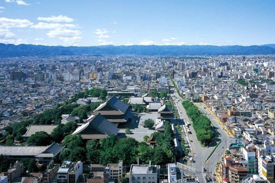 京都タワーにのぼれば、こんな景色も堪能することができます。仕事の合間や週末に気分転換をしたいときに最適です。