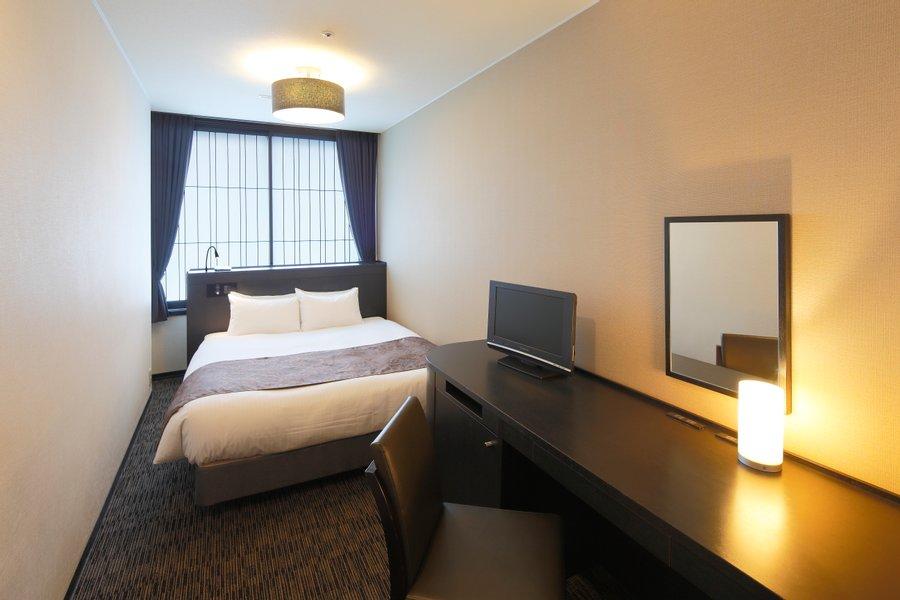 広々としたダブルベッドや、仕事もできるデスクも完備。仕事をしながら観光する。まさにワーケーションをする拠点にぴったりのホテルです。