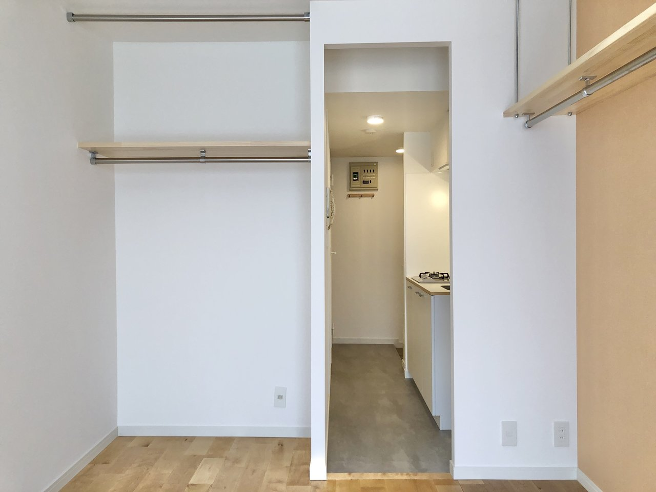 収納は吊り棚だけで十分という方は、オープンクローゼットにスッポリとデスクを配置しても良さそう。こちら側はカーテンで目隠しをすることもできます。