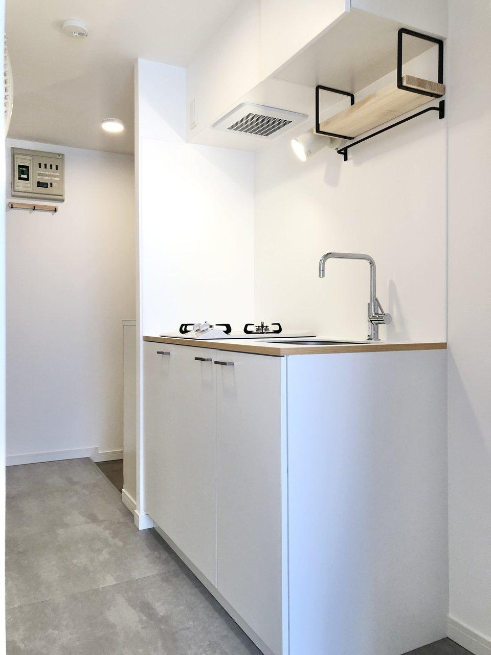 清潔感あるホワイトのキッチンは、TOMOSオリジナルのデザイン。ブラケット棚には食器やスパイスを置けます。