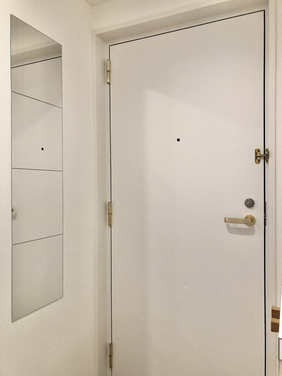 玄関には姿見鏡を。お出掛け前の身だしなみチェックも簡単に済ませられます。