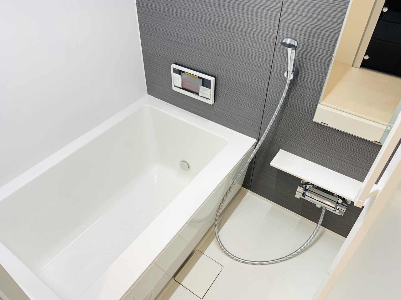 足も伸ばせる、ゆったりお風呂。テレビ付きなので、半身浴にもぴったりです。