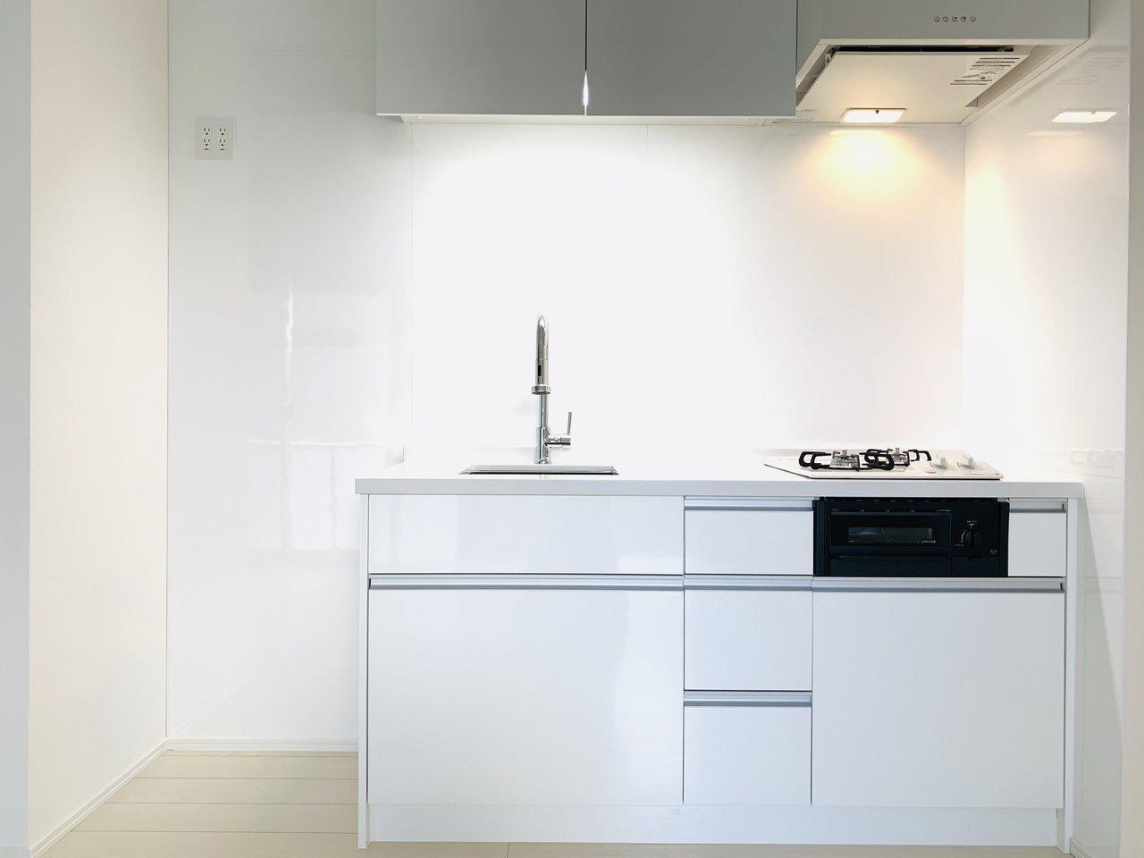 びっくり!キッチンが登場します。寝るときなどには閉め切ってしまえば、生活感を感じずにリラックスした空間でゆっくり過ごせますね。