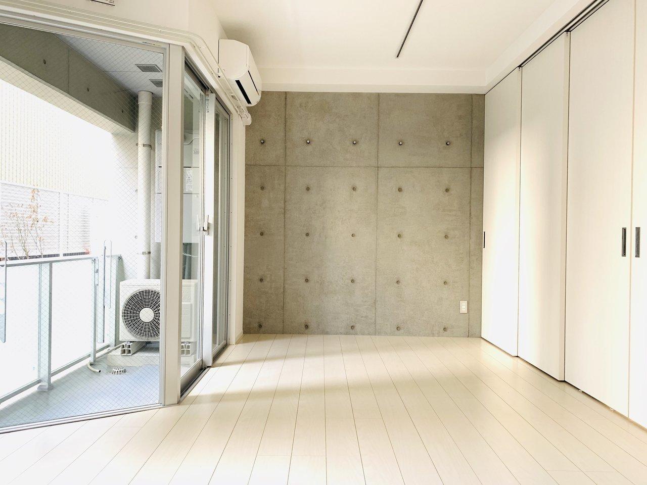 10.1畳の広々とした空間。採光部が大きいのでお部屋の中全体が明るく感じます。そして右側の引き戸を開けると……