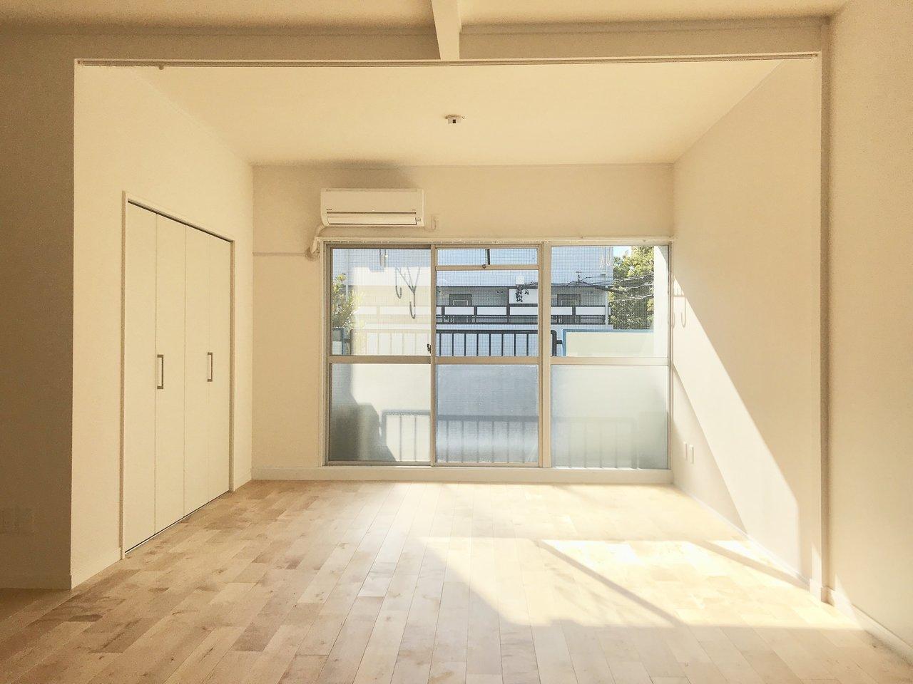 ワンルームとありますが、部屋中央の天井にカーテンレールがついているので、仕切ることもできます。もちろんそのまま広く使ってもいいし、仕切って寝室とリビングに分けてもいいんです。