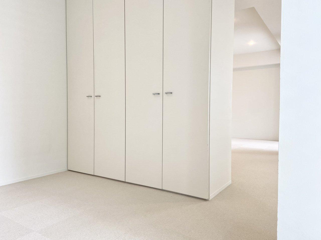 13.7畳の広々としたフロア。LDKをしっかり分ける扉などはありませんが、収納棚がその役割を果たしてくれます。中を開けると、なかなかの収納力ですよ。