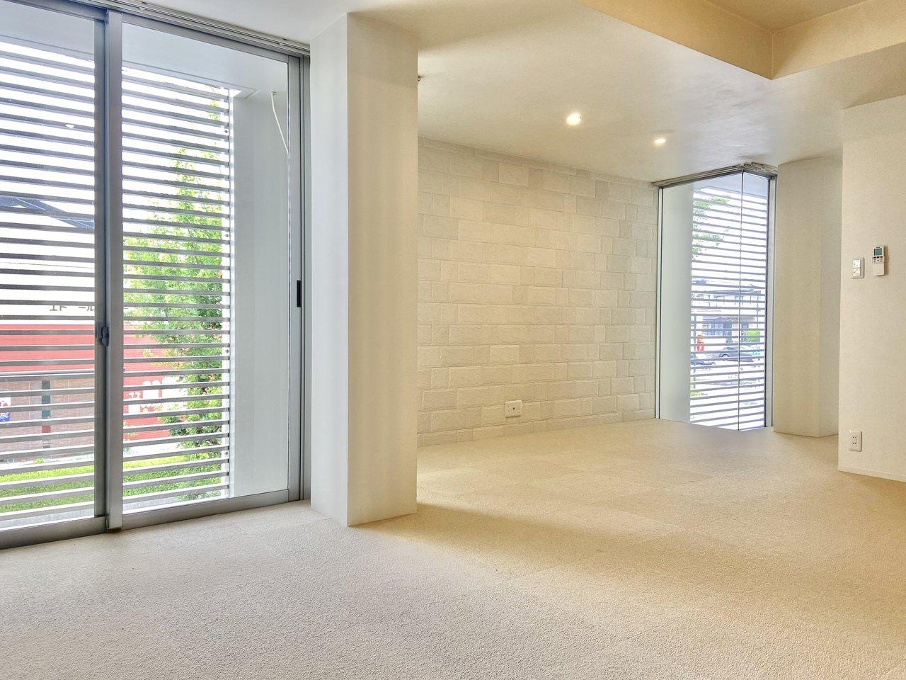 洗練された白とレンガ調のアクセントクロスが魅力的なお部屋。住居としてはもちろん、女性向けのサロン利用も相談可能です。
