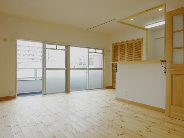 床だけでなく、扉やクローゼットもたっぷりと無垢の木材が使用されたお部屋。ぬくもりを感じて、癒される空間です。