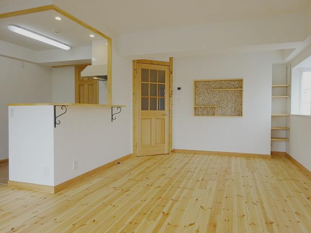 約15畳のリビングは広々と感じます。壁のあちこちにある飾り棚は、雑貨などを置いたらきっと良さそう。