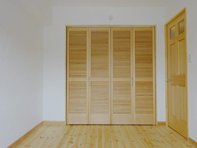 寝室は約5畳。ダブルベッドも難なく置けそう。クローゼットも大きいサイズです。