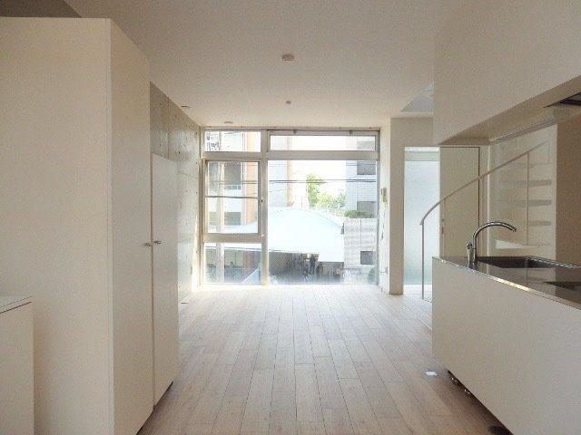 1階がリビングとキッチン、トイレ、2階にお風呂と寝室があります。