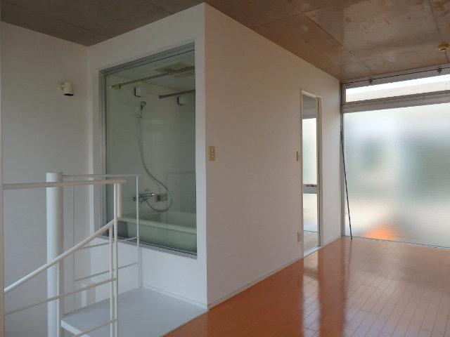 バスルームも変わっていて、なんとガラス張り。開放感のある空間でゆっくりバスタイムを楽しみましょう。