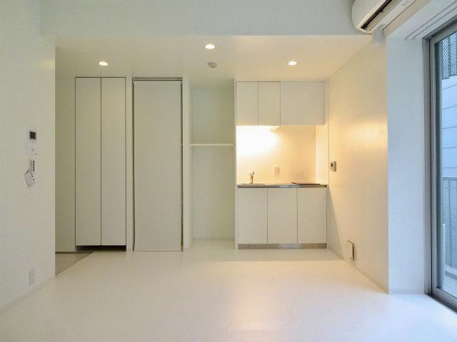 洋室が約9.8帖のゆったりワンルームです。ダウンライトとライティングレールで上品な雰囲気に。