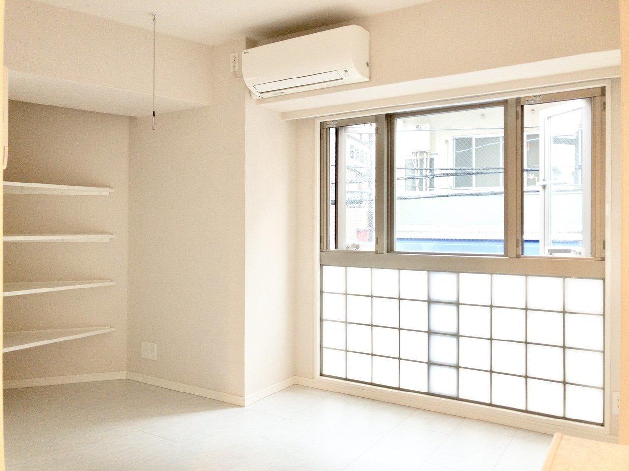 ホワイト×ガラスブロックの組み合わせはキュート。差し込む日差しを柔らかな印象にしてくれそう。