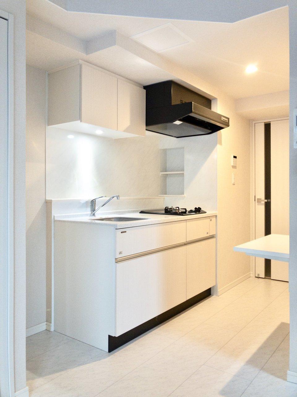 キッチンは2口ガスコンロでカットスペースもあります。後方のカウンターには電子レンジやトースターが置けますよ。