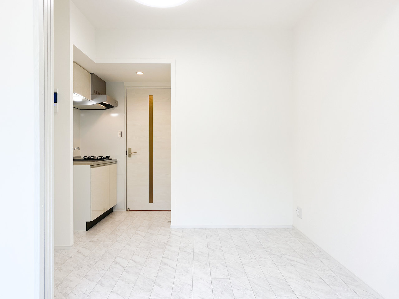 床の模様がちょっと特徴的なんです。キッチンはやや奥まった場所にあるため、テーブルの配置を決めやすそう。