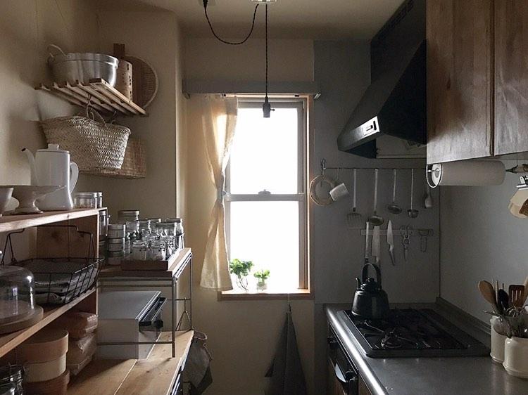 お子様と3人で暮らす方のキッチン。収納スペースが少なかったので、コンロの背面に食器や調理器具、スパイスなどを置く棚を設置したのだそう。