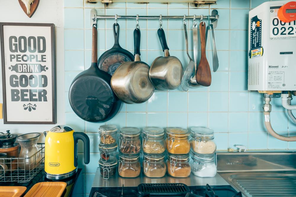 鍋などの調理器具は全て吊るし、スパイス収納スペースを確保。同じ大きさの瓶に入れて高さを揃えるように工夫をされています。