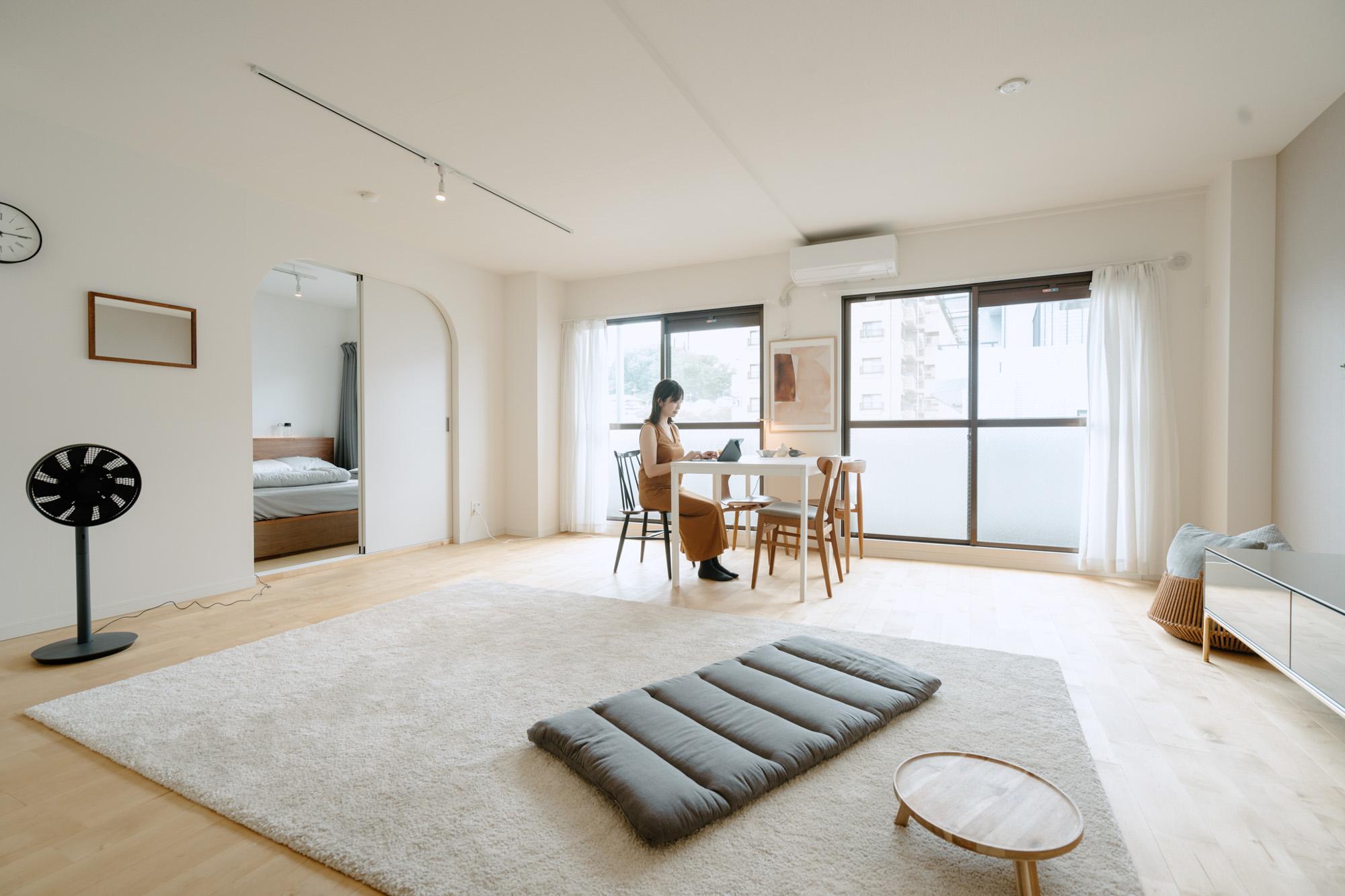 「部屋に入った時の開放感が気に入りました」という横長のLDKは約19畳。家具を極力少なく、シンプルに暮らしていらっしゃることもあって、とても広々と自由に寛げそうな雰囲気です。