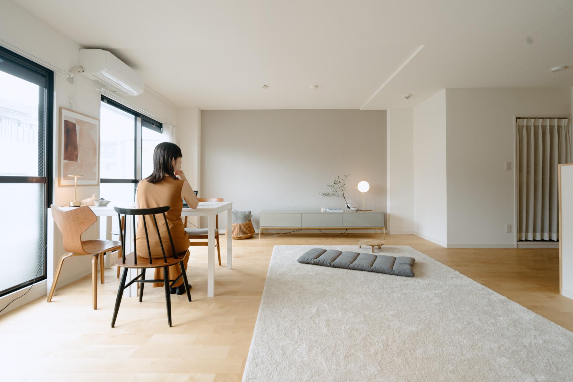 家具やインテリアの色味は、白、黒、グレーのもの、差し色に真鍮の入ったものを。テイストは好きなものを選ぶと自然に揃ってくるとのこと。
