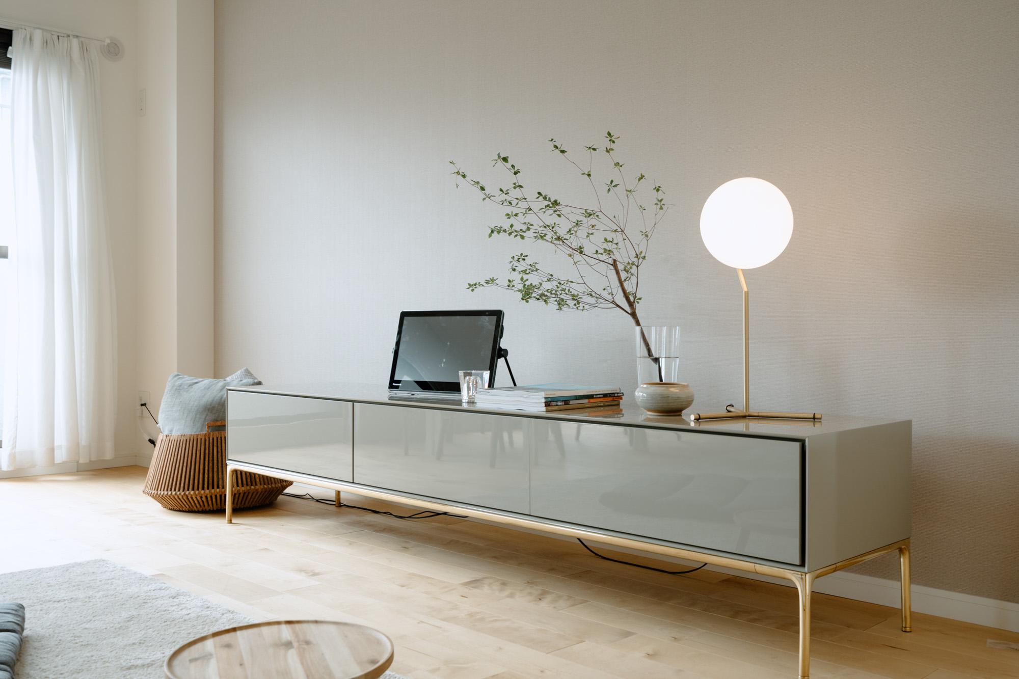 部屋の中で一番気に入っているのは、Time&Styleのテレビボード。シンプルだけど艶感がある素材に、真鍮の脚がポイント。