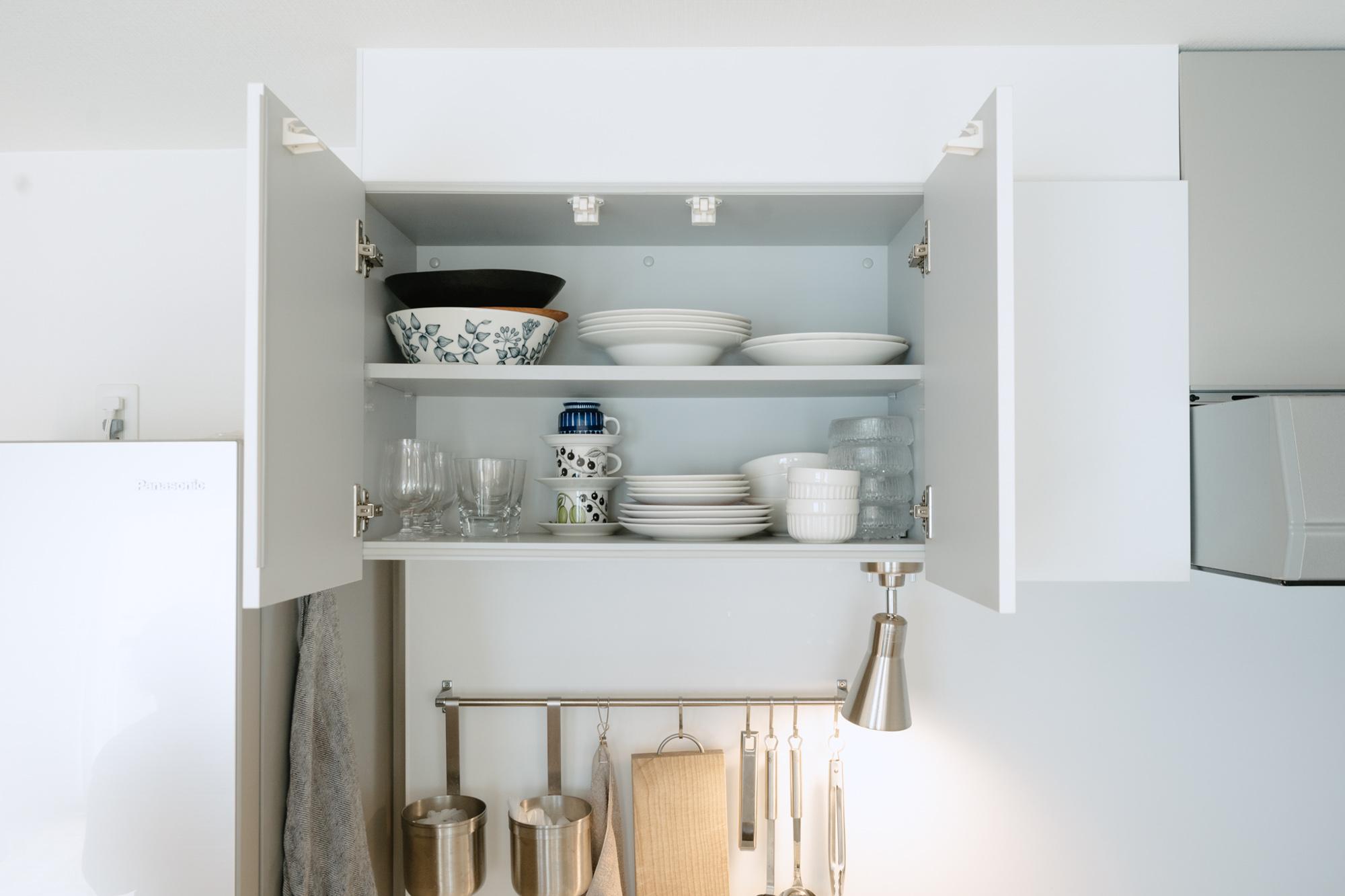 食器類も、キッチンのスペースにゆとりはありますがあえて食器棚をおかず、もともとの収納に入る分だけ。