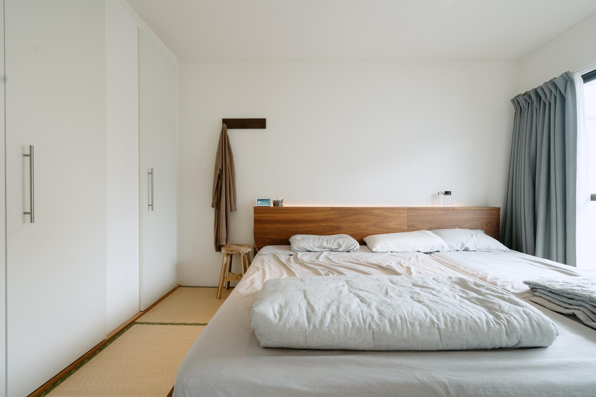 リビング隣のベッドルームは実は和室ですが、無印良品のベッドを置いて、特に畳を気にすることなく使われています。ヘッドボードに間接照明を仕込み、ホテルライクな雰囲気を演出されているとのこと。