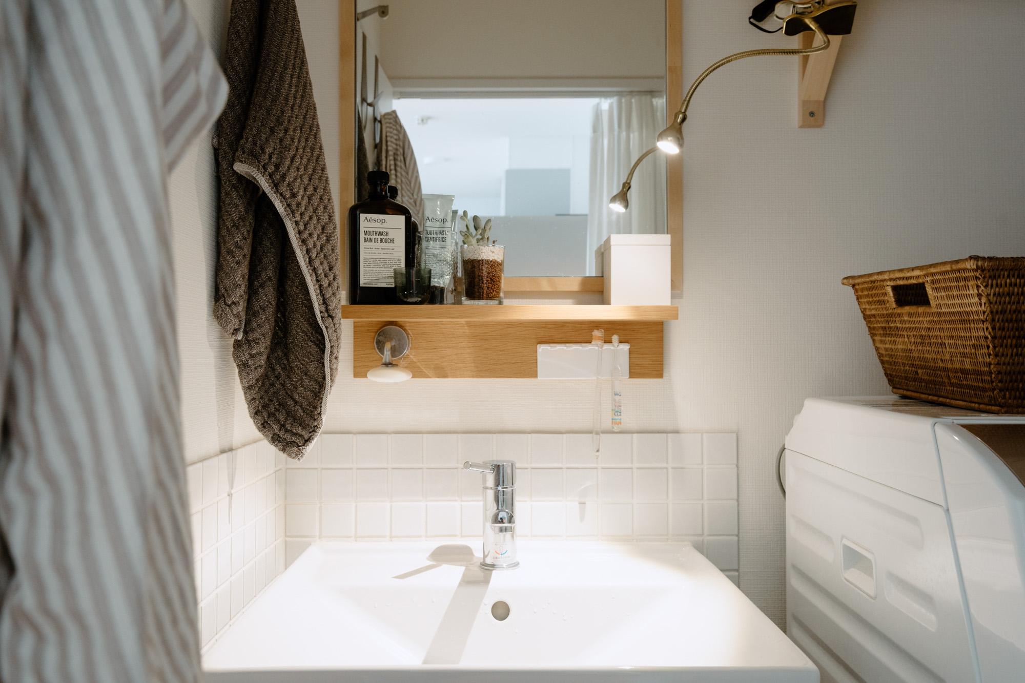 洗面所にも小さなLEDライトで照明をプラス。ガラスやタイルに照明を当てると、おしゃれな雰囲気になるとのこと。