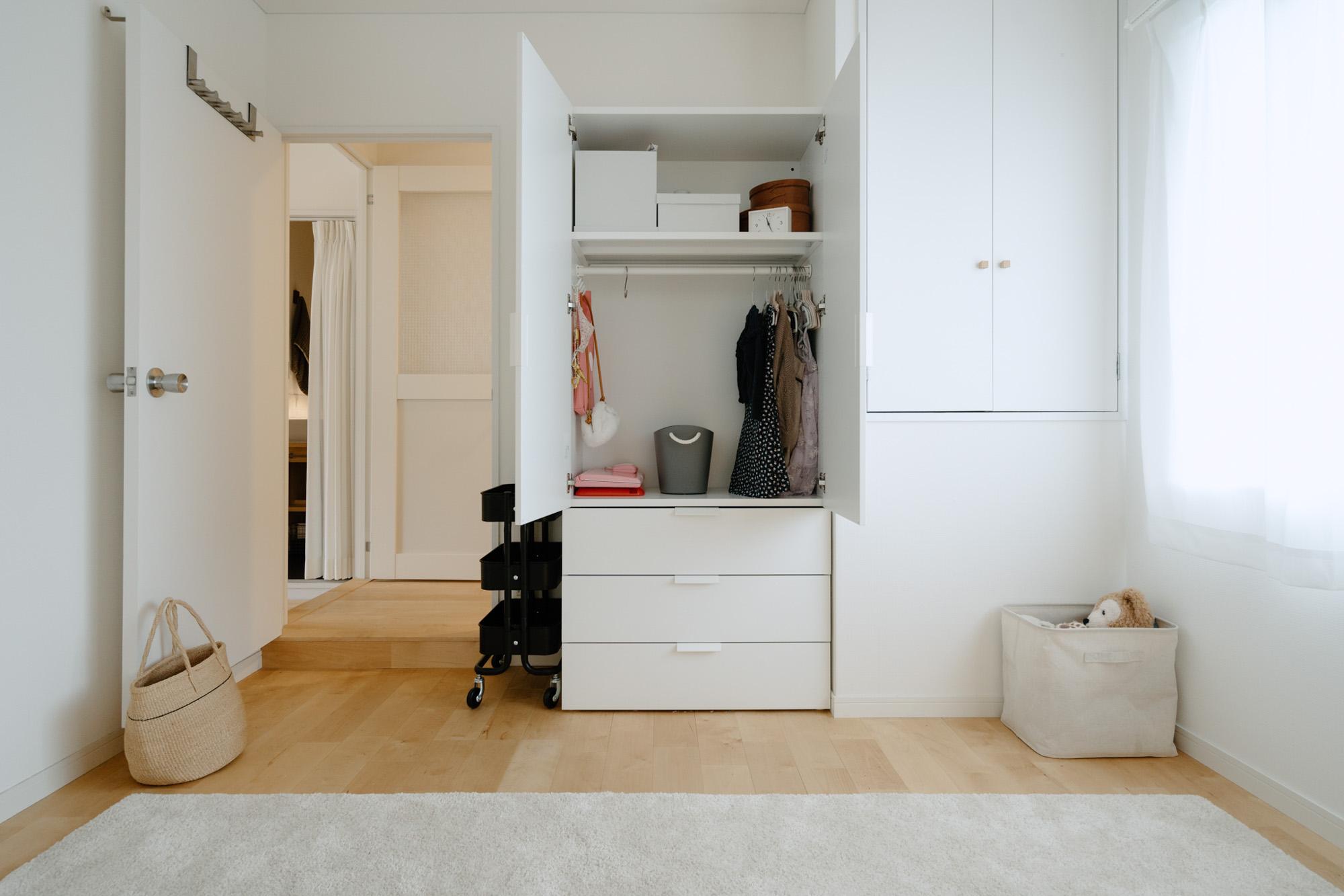 玄関横のもう1部屋は、将来娘さんのお部屋にする予定。シンプルなクローゼットを用意されていました。