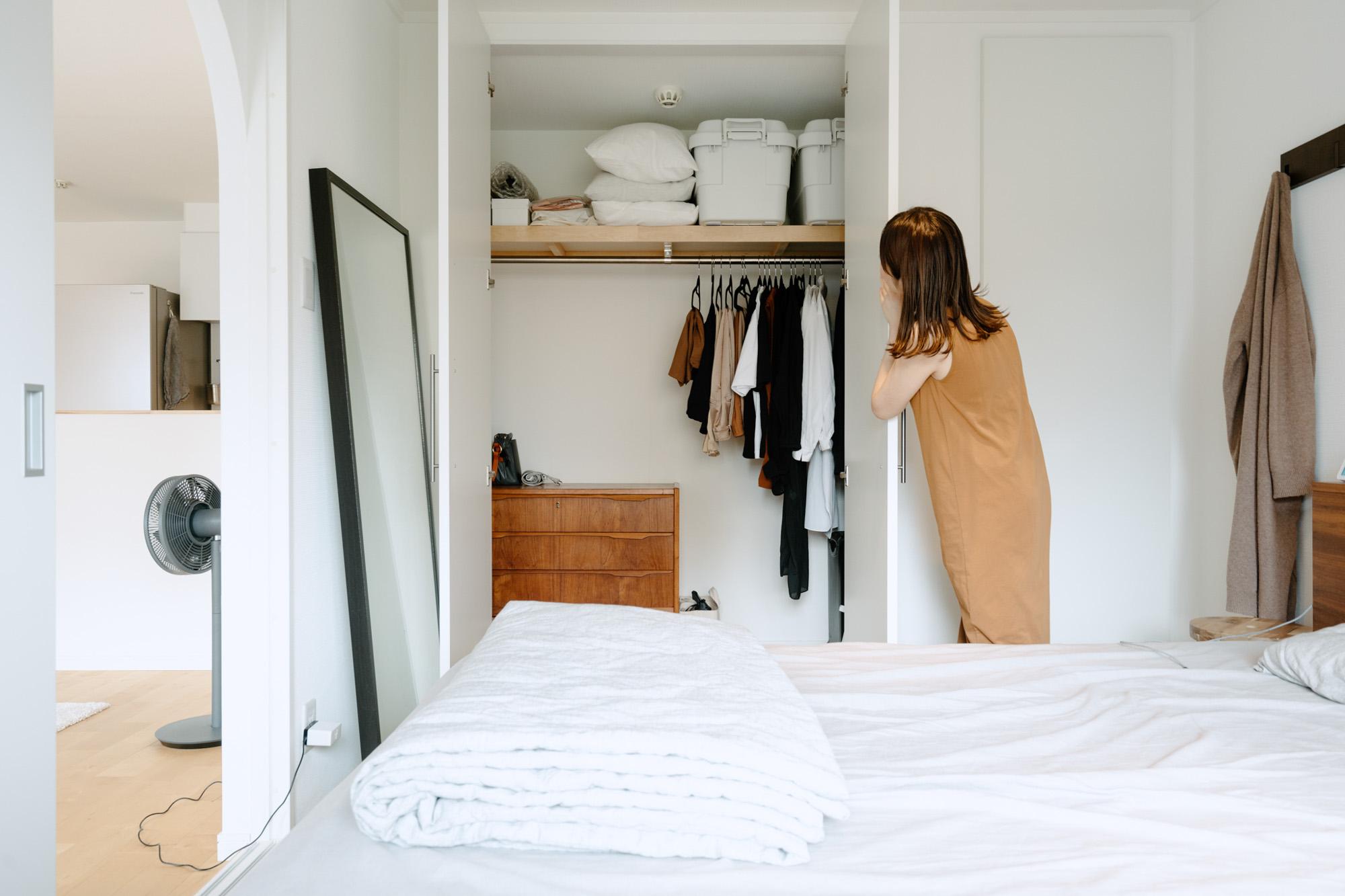 クローゼットの中も、かなりシンプル。服の数も本当に必要な分だけに絞られています。
