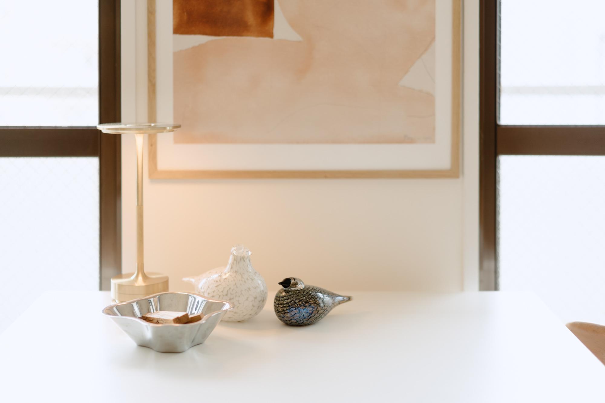 テーブルの上、イッタラのバードの横に置かれているのは、Ambientecの「TURN」。天面に触れることで灯りの表情が変わる不思議な照明。コードレスで、食事の際はテーブルの真ん中に置いたり、持ち運んでも使えます。
