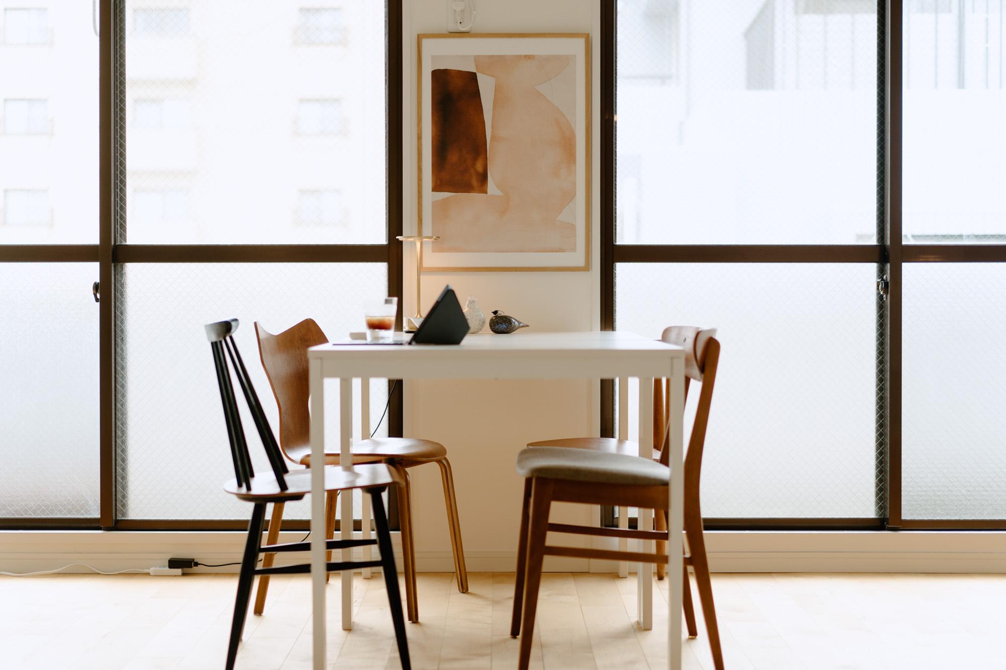 IKEAのテーブルに合わせている椅子は、イルマリ・タピヴォバーラのファネットチェア、フリッツ・ハンセンのグランプリチェア、ハンス・J・ウェグナーのハートチェアなど、北欧ヴィンテージのもの。