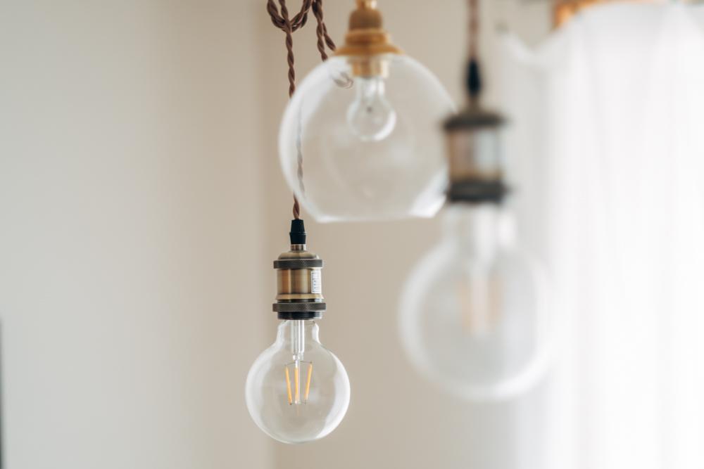 部屋の印象を変える照明はLEDで、ずっと納得の行くものを探されていたこだわりのインテリア。 「お洒落な照明をつけたいとずっとおもっていたので、このお部屋に引っ越すときに変更しました。1つだけ違う種類にしているのも、アクセントになっていて気に入っています。」