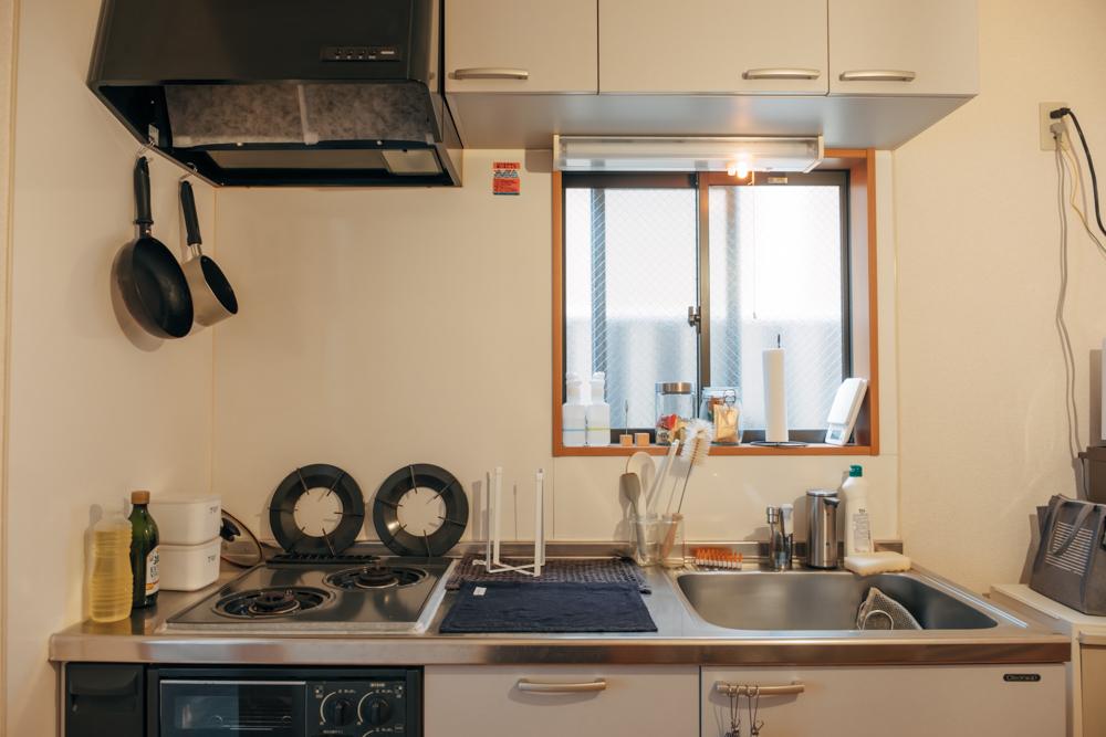 こうした吟味されたアイテム選びの中で、今後に向けて、手を加えていかれたいと話すのがキッチンスペース。 「キッチンはまだ手が加えられていないのですが、一人暮らしでこんなに広いキッチンは初めてで、自炊派なのでとても嬉しくて気に入っています。壁紙シートを使って自分好みの空間を作っていきたいですね。」