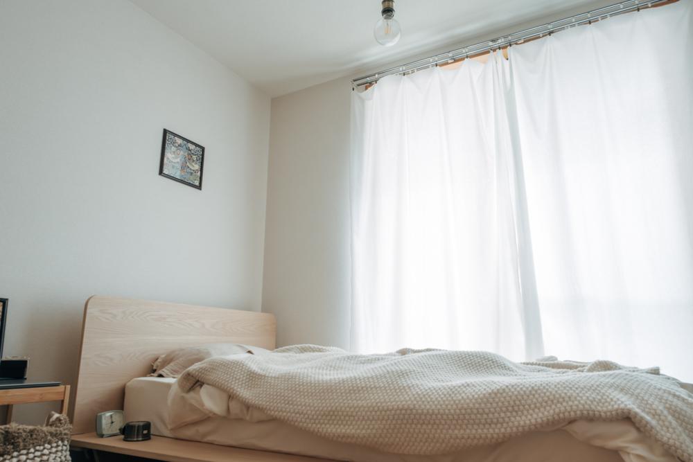 間取りとして日中は十分な光を届けてくれる窓の大きさもお気に入りポイントの1つなのだそう。 「眺望は良くないためカーテンをあけることはあまりありませんが、ベランダ側の窓が大きくて光が入りやすいので気に入っています。」