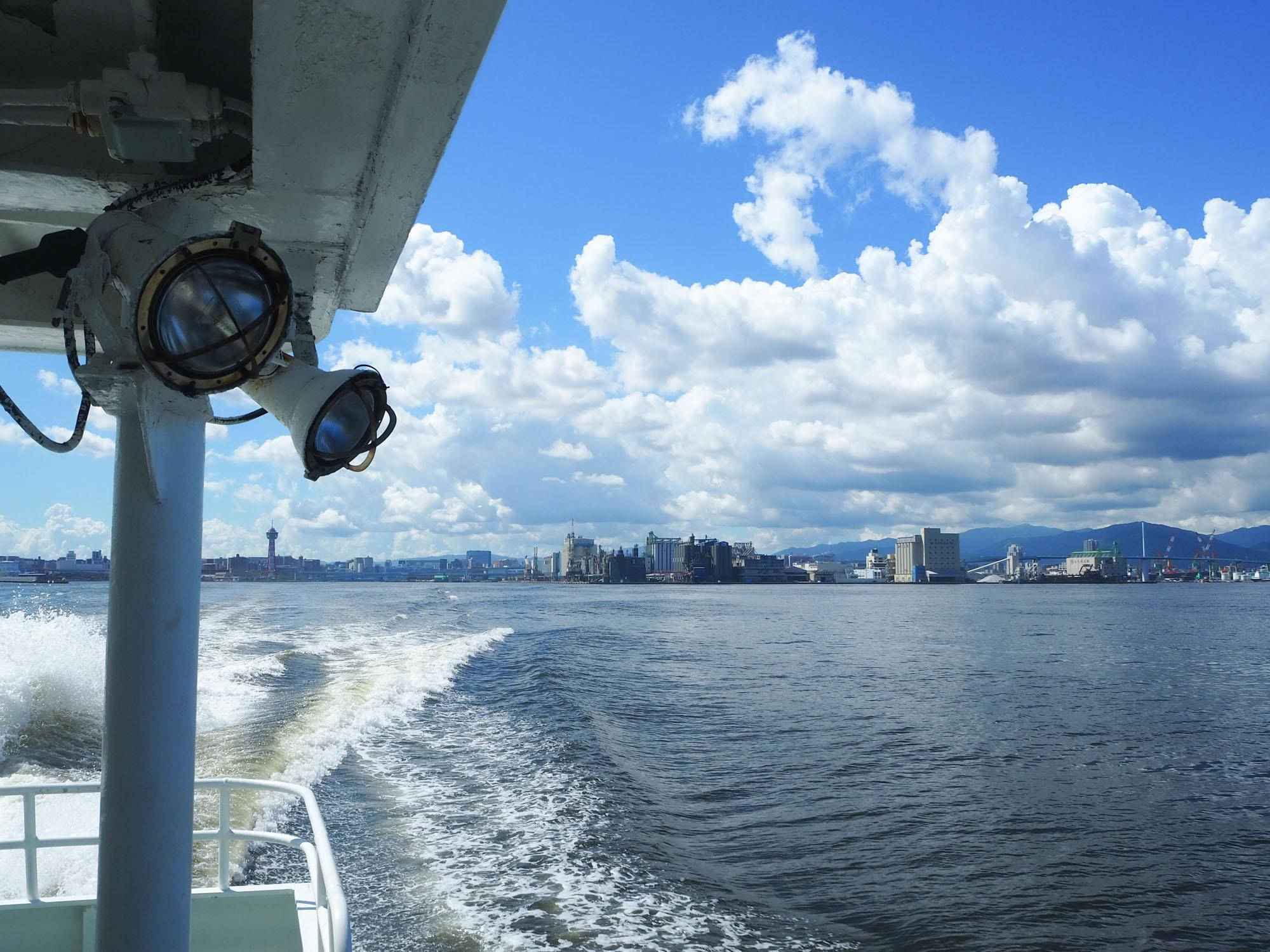 今回は、博多港から自転車と一緒に船に乗り込みます(大人片道680円、自転車1台100円)。 博多港へはデュオフラッツ西新EASTから自転車レーンを使って約5km、安全にアクセスできます。