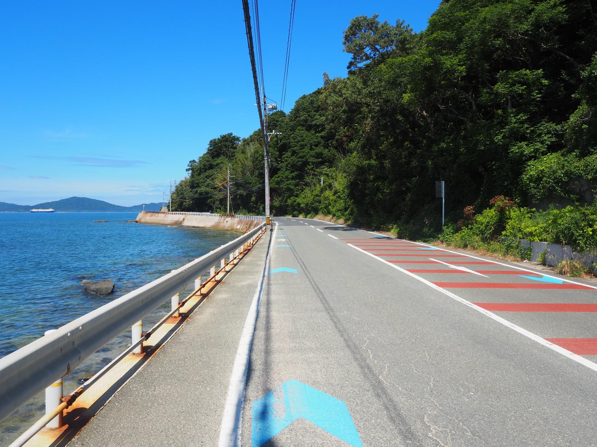 「金印街道」をぐるっと一周回ります。自転車用の「矢羽根」が敷かれているので走りやすいですね。