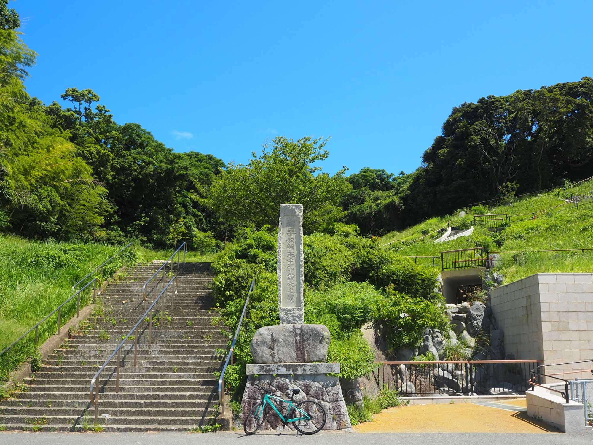 1.5kmほど進むと「漢委奴国王金印発光之処」と書かれた石碑が見えてきます。