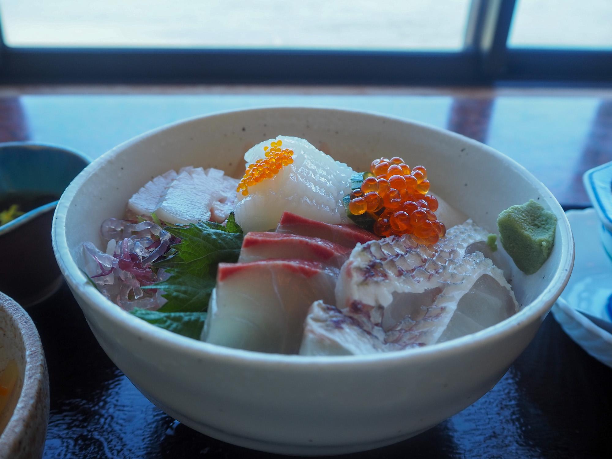 「海鮮丼」1,650円(税込)。玄界灘を眺める席でいただきます。お刺身はどれも新鮮で甘みがあり、甘めのタレをかけていただきます。海を眺めながらのランチはとてもぜいたくな時間♪