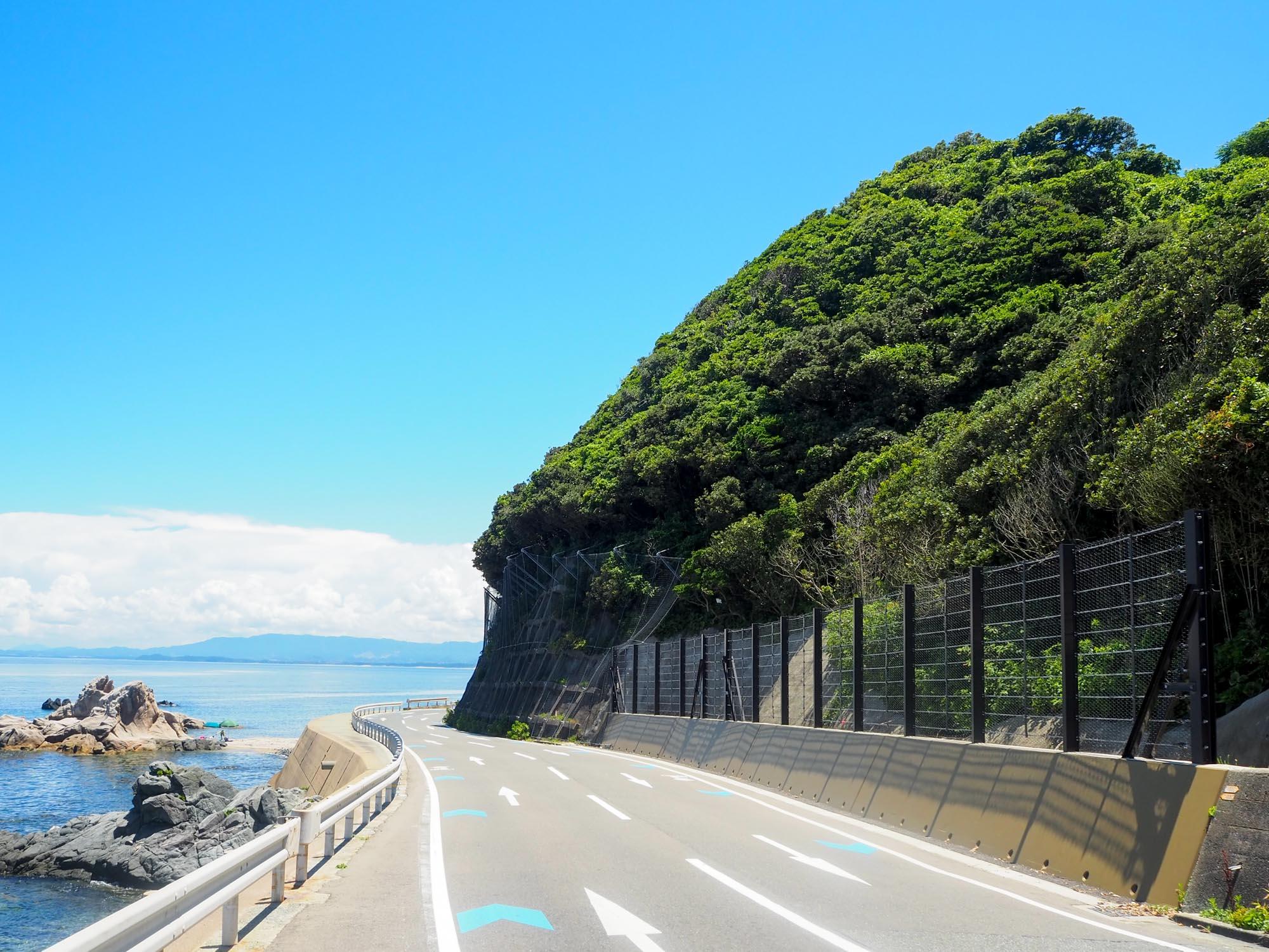 島の東側は岩がゴロゴロ。西側は博多湾、東側は玄界灘。2つの海の景色を楽しめるのも志賀島の醍醐味ですね。