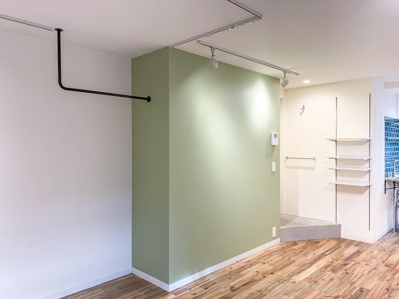 天井からはアイアンバーが伸びていて、お洋服を掛けるのはもちろん、ドライフラワーやフェイクグリーンを吊るすのも素敵。