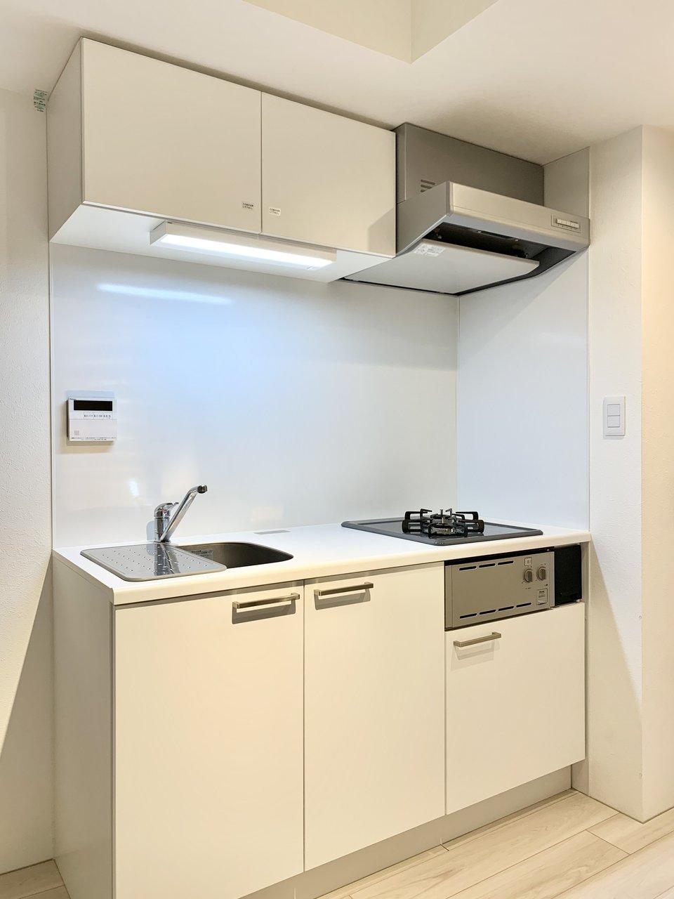 すっと馴染むキッチンは2口コンロ。調理器具もたっぷり入れておけそう。