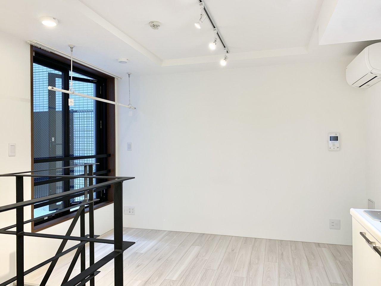 メゾネットタイプになっていて、上階は上品なホワイト空間。どんなインテリアも映えそうです。