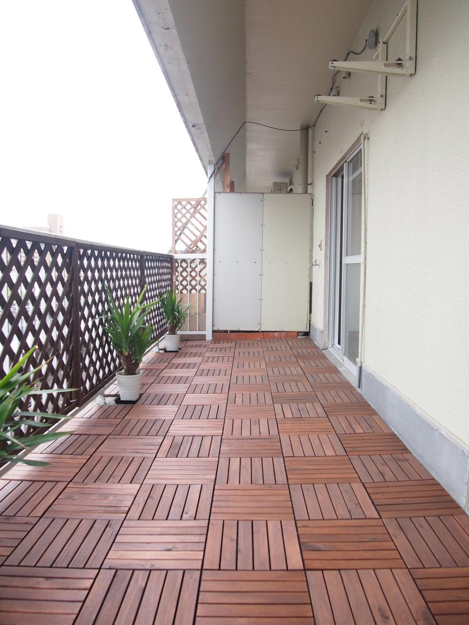 もちろんバルコニーもこだわりあり。床には木材を敷き詰めて、柵はお庭のようなデザイン。夕涼みだけじゃなく、いつでもくつろぎたくなる空間です!